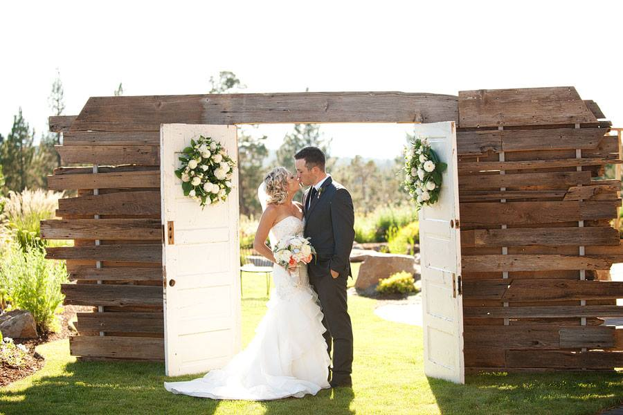 Karson Butler Events Rustic Country Oregon Wedding Photo By Kimberly Kay Photography
